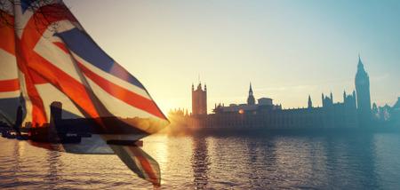 英国のユニオン ジャックの旗とウェストミン スター - バック グラウンドでの大きなベン時計塔と議会の家英国 EU、Brexit 概念を残して投票します。
