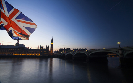 Britse Unie hefboomvlag en Big Ben Clock Tower en het Parlement huis bij stad van Westminster op de achtergrond Stockfoto - 80680428