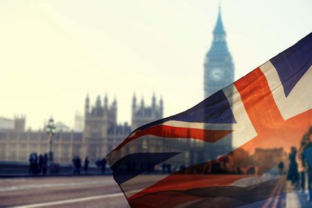 英国のユニオン ジャックの旗と背景のウェストミン スター市で大きなベン時計塔と議会の家 写真素材