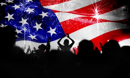 独立記念日を祝う人々 の群衆。7 月 4 日の花火背景を持つアメリカ合衆国アメリカ国旗