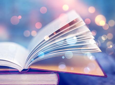 Libro abierto con luces mágicas. Concepto de sabiduría, religión, lectura, imaginación, vacaciones de invierno