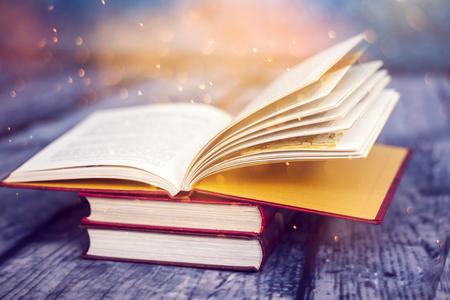 Libro aperto con luci magiche. Concetto di saggezza, religione, lettura, immaginazione, vacanze invernali