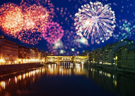 Explosive Feuerwerke um Ponte Vecchio auf dem Arno - Feiern des Sylvesterabends in Florenz, Italien Standard-Bild - 92487191