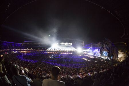 Cluj-Napoca, Roumanie - 6 août 2017 : Foule s'amusant à Afrojack, un DJ néerlandais, producteur de disques et remixeur de Spijkenisse, concert live au Untold Festival, le meilleur grand festival de musique d'Europe