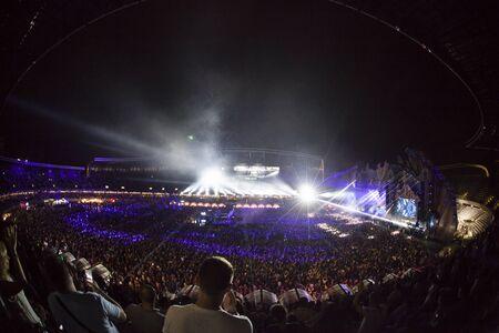 Cluj-Napoca, Rumania - 6 de agosto de 2017: Multitud divirtiéndose en Afrojack, un DJ holandés, productor de discos y remezclador de Spijkenisse, concierto en vivo en Untold Festival, el mejor festival de música importante de Europa