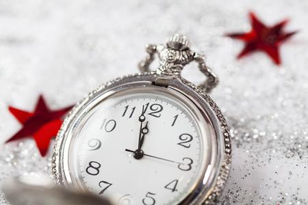 Nouvel An à minuit - Vieille horloge avec des flocons de neige
