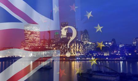 Concept du Brexit - économie britannique après l'accord sur le Brexit - double exposition des drapeaux et du centre d'affaires de Londres