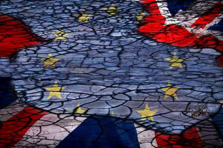 Concepto Brexit - bandera de la UE y el Reino Unido sobre fondo grunge