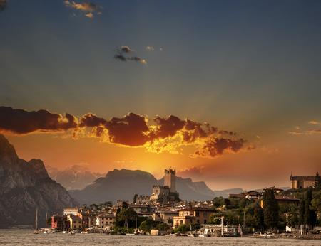 Town of Malcesine on Garda Lake in stuning sunset, Veneto region of Italy 版權商用圖片