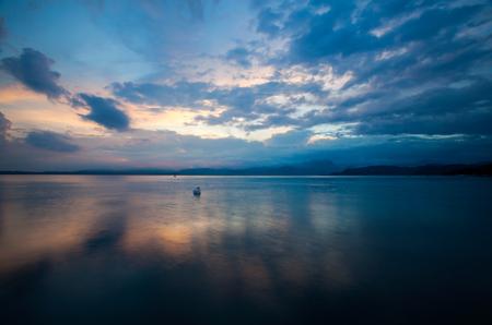 Tramonto idilliaco sul Lago di Garda con bellissimi cigni sul lago Archivio Fotografico