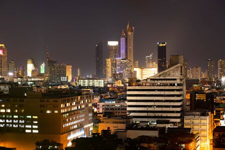 Bangkok vista notturna con grattacielo nel quartiere degli affari di Bangkok in Thailandia. Archivio Fotografico