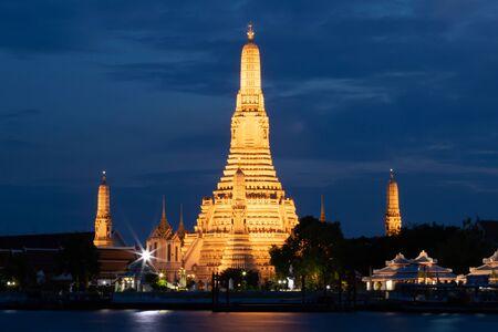 Vista nocturna del templo Wat Arun en Bangkok, Tailandia. Foto de archivo