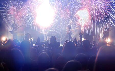 Nieuwjaarsconcept - vuurwerk en juichende menigte die het nieuwe jaar viert
