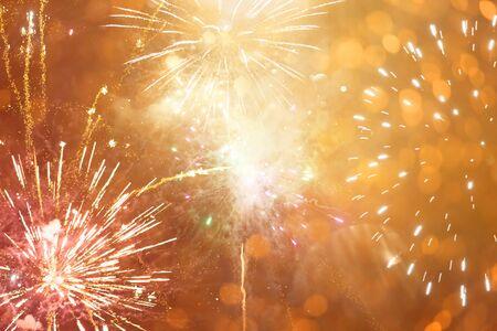 きらびやかなライトを持つ抽象的な黄金のボケの背景。クリスマスと新年のコンセプト