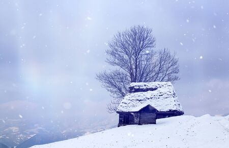 Winter landscape with small cottage in snowy mountains Banque d'images - 135494982