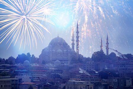 Feuerwerk über Istanbul. Blick auf die Hagia Sophia bei Nacht mit Feuerwerk in Istanbul, Türkei