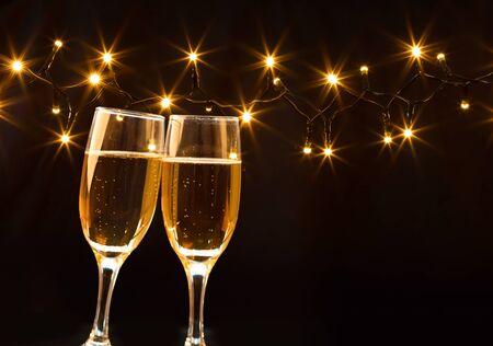 Sektgläser auf funkelnden Feiertagshintergrund - das neue Jahr feiernd