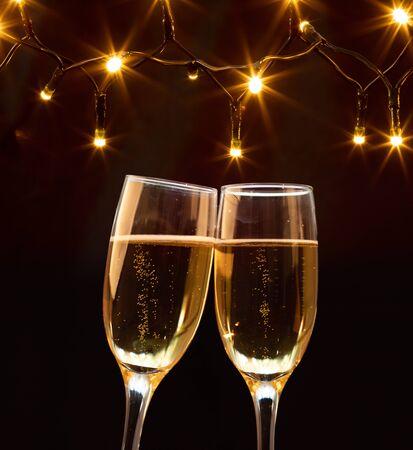 Bicchieri di champagne su sfondo scintillante per le vacanze - Festeggiamo il nuovo anno