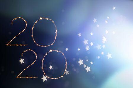 Neujahrsfeier 2020. Magischer Feiertagshintergrund mit Feuerwerk. Nummer 2020 geschrieben funkelnde Wunderkerzen. Standard-Bild