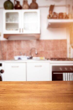 Dessus de table en bois sur fond flou de salle de cuisine.