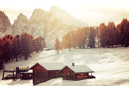 Small cottage in Dolomite mountains in Alpe di Siusil, Italy in winter. Standard-Bild