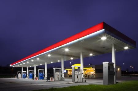bomba de gasolina: Gasstation por la noche Foto de archivo