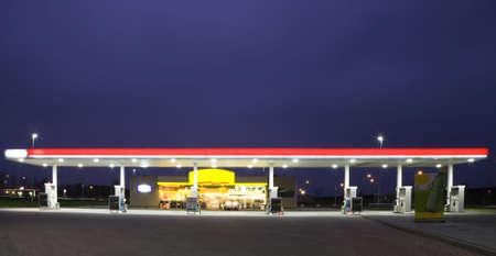 station service: Station de gaz pendant la nuit