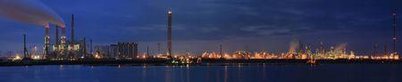 Raffinaderij in de nacht panorama Stockfoto - 4253500