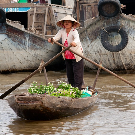 can tho: CAN THO, VIETNAM - DECEMBER 6, 2012: Unidentified Vietnamese woman rowing her boat at the Floating Market in Can Tho, december 6, 2012 in Vietnam.