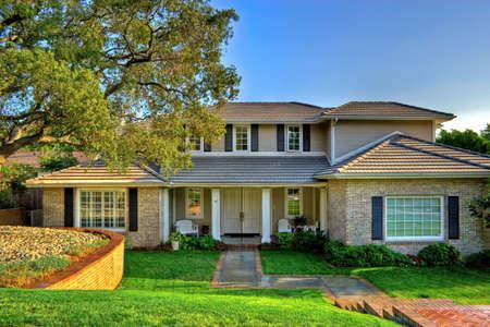 fachada de casa: Elegante dise�o hogar influenciado por las fincas tradicionales.
