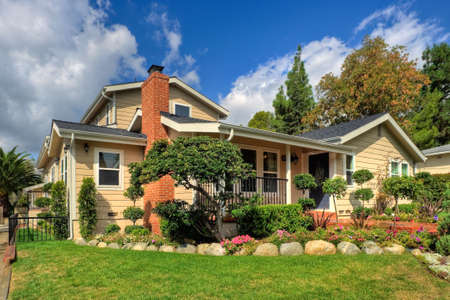 fachada de casa: Tradicional casa familiar en un rico suburbio