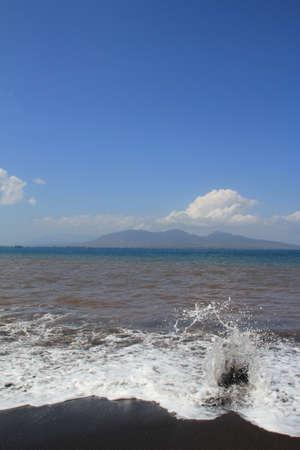 Zwart vulkanisch strand