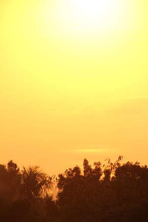 Zonsondergang weerspiegelt in de zee