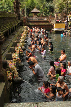 personas banandose: agua de limpieza en indonesia Editorial