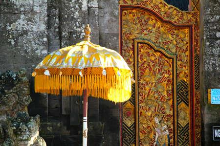 paz interior: Templo del Balinese Umbrella Foto de archivo