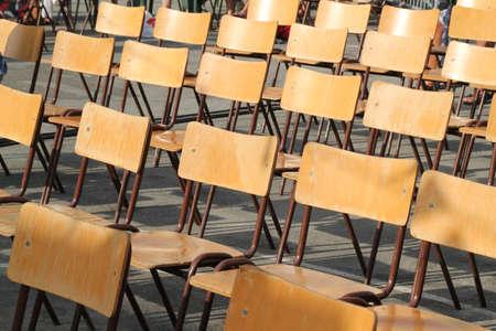 Empty Wooden Chairs � un �v�nement ext�rieur
