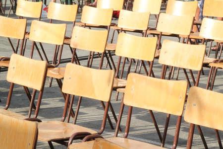 Lege Houten Stoelen op een buiten evenement