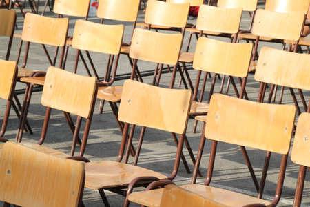 houten stoelen uitgelijnd buiten school evenement