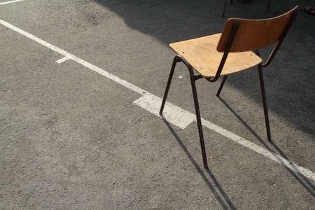 schoolchair bois align�s sur la ligne de basket-ball blanc