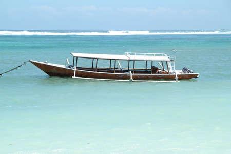 Offshore boot wachten in zacht turkoois water