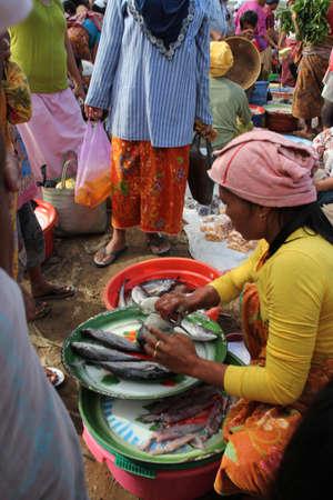 Kopers en verkopers op een traditionele markt in Lombok Indonesië