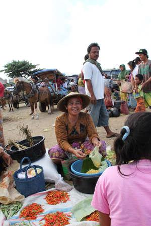 Kopers en verkopers bij een traditionele markt in Lombok Indonesië Redactioneel