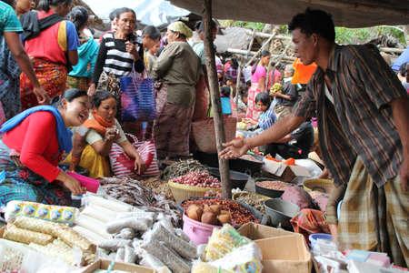 Kopers en verkopers op een traditionele markt in Lombok Indonesië Redactioneel