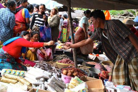 Les acheteurs et les vendeurs � un march� traditionnel � Lombok en Indon�sie