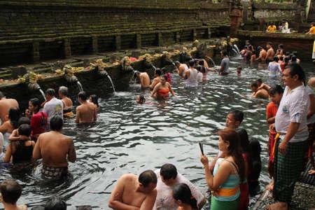 Rituele baden Zuivering Ceremony op Tampak Siring, Bali
