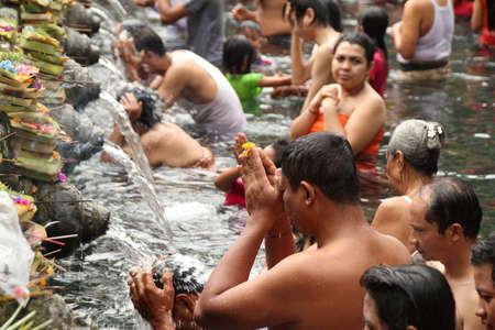 C�r�monie de purification rituelle baignade � Tampak Siring, Bali