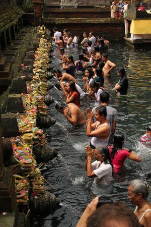 Rituel baignade c�r�monie de purification � Tampak Siring, Bali