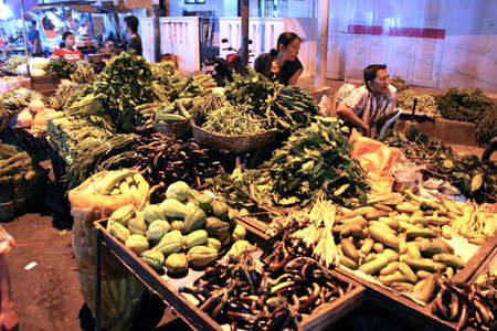 Asiatique traditionnel march� de nuit avec de la nourriture, des fruits, du poisson et de piments � vendre
