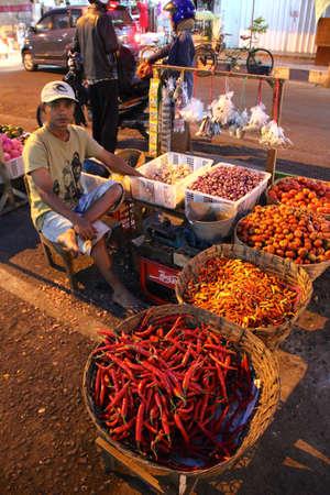 Aziatische Traditionele Night Market Met Voedsel, fruit, vis en Spaanse pepers te koop