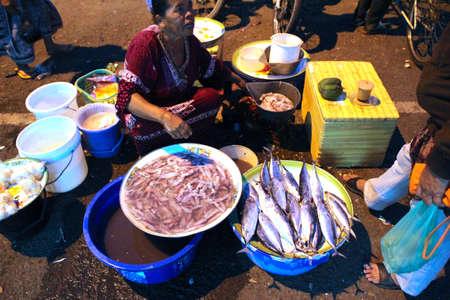 March� de nuit asiatique traditionnelle avec la nourriture, fruits, poissons et Piments � vendre �ditoriale